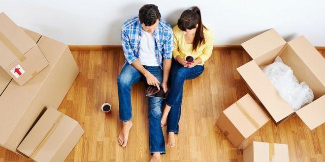invertir en propiedades pareja mudandose a su departamento