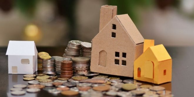 presupuesto familiar monedas sobre la mesa
